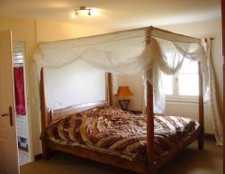 Gîtes groupes Aude - Chambre du Petit Gîte avec lit baldaquin
